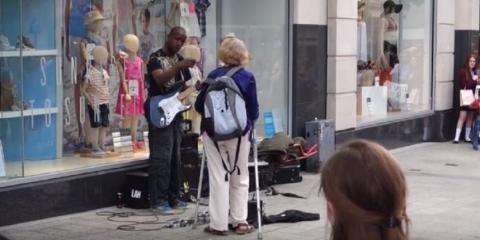 In Liverpool versuchte eine Passantin einen Straßenmusiker zu vertreiben... Doch dann kommt es ganz anders!