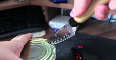 Sie nimmt alte Konservendosen und bastelt daraus etwas Praktisches