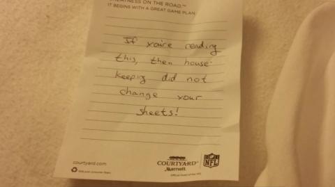 Er findet eine beängstigende und ekelerregende Nachricht im Bett seines Hotelzimmers