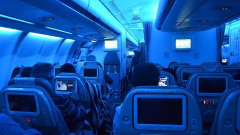 Warum geht die Beleuchtung in Flugzeugen bei Start und Landung aus?