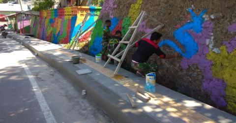 Bewohner streichen ihr Dorf in den Farben des Regenbogens und das hat einen ganz bestimmten Grund