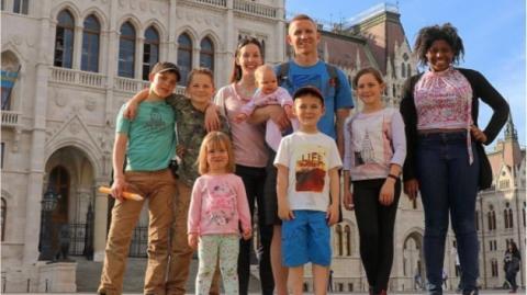 Diese Großfamilie hat eine Lösung gefunden, wie sie Reisen zu ihrem Lebensinhalt machen kann