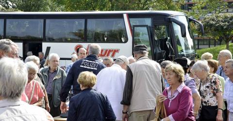 Kaffeefahrt: Bus kriegt die Kurve nicht. Doch dann kommen die Rettungskräfte