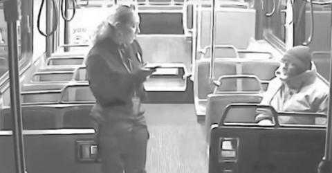 Ein Obdachloser steigt in ihren Bus. Die Reaktion der Fahrerin ist unvergleichbar!