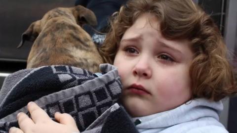 Eine Siebenjährige rettet einen Welpen, doch darf ihn nicht behalten... Tage später kommt die Überraschung!