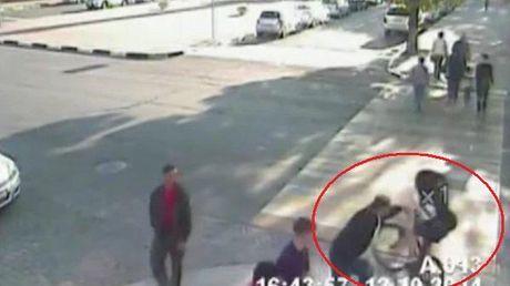 Dieser Mann reißt diese Frau vom Fahrrad, was ihr das Leben rettet. Ihr werdet niemals erraten warum