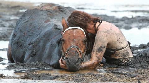 Als ihr Pferd im Schlamm immer tiefer versinkt, glaubt sie, dass alles vorbei ist.