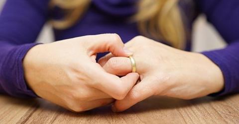 Festsitzender Ring? Mit dem Fadentrick kannst du ihn leicht und schmerzfrei entfernen
