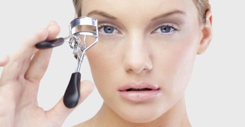 Wimpernzange: Ein Beauty-Utensil, das nicht nur lange Wimpern macht