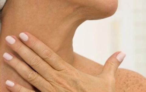 So lassen sich Falten am Hals vorbeugen und sogar entgegenwirken
