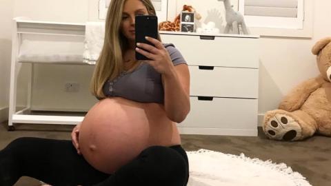 Schwangere wegen Babybauch im Netz beleidigt
