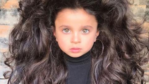 Angst und Sorge um Mädchen mit faszinierender Haarpracht