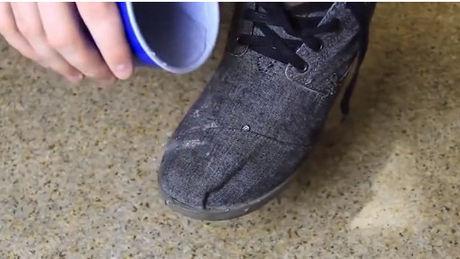 Mit diesem einfachen Tipp werden Sie Ihre Schuhe anziehen können, ohne nasse Füsse zu bekommen. Entdecken Sie schnell den Tipp.