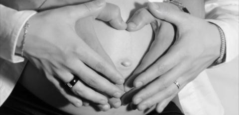Dank dieser Erfindung können werdende Väter jetzt auch die Schwangerschaft in ihrem Bauch mitfühlen.