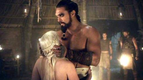 Game of Thrones: Emilia Clarke lacht sich während einer heißen Szene schlapp.
