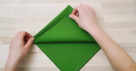 Für den Weihnachtstisch: Was sie aus einer Serviette faltet, ist genial!