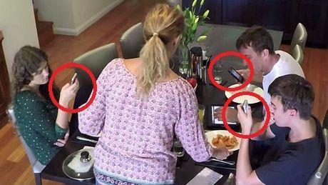 Eine Mutter hat eine Technik gefunden, jeden am Tisch zum Ausschalten des Handys zu zwingen.