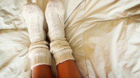 Deshalb solltest du auf jeden Fall mit Socken ins Bett gehen