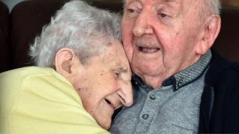 Mit 98 Jahren zieht sie ins Altersheim, um sich dort um ihren 80-jährigen Sohn zu kümmern