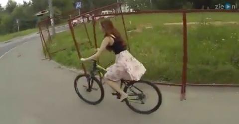 Peinlich: Sie fährt Fahrrad. Dann trifft sie auf ein Hindernis