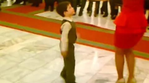 Ein kleiner Junge stiehlt der Braut die Show