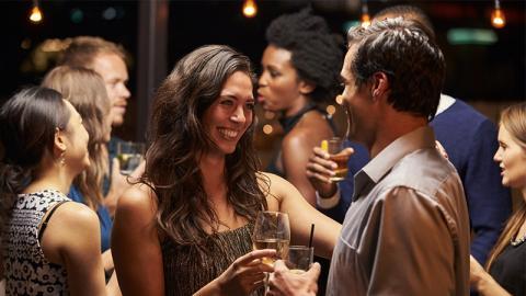 Die heftige Aktion eines Mannes zeigt, warum Frauen sich niemals Drinks spendieren lassen sollten