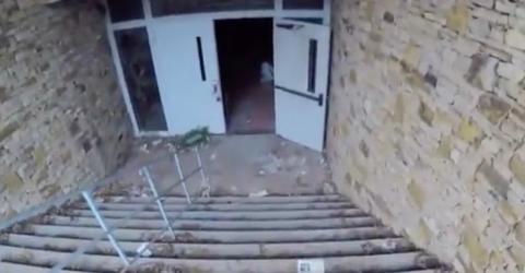 Er dringt in ein verlassenes Beerdigungsinstitut ein. Was er entdeckt, ist haarsträubend!