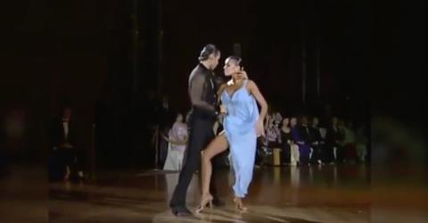 Bei dem Tanz des Paares gibt es einen besonderen Hingucker