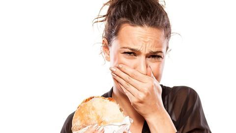 Sie will einen Burger essen. Sie traut ihren Augen nicht, als sie eine überraschende Zutat darin entdeckt