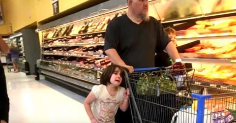 Heimlich fotografiert: Mann misshandelt Tochter mitten im Supermarkt