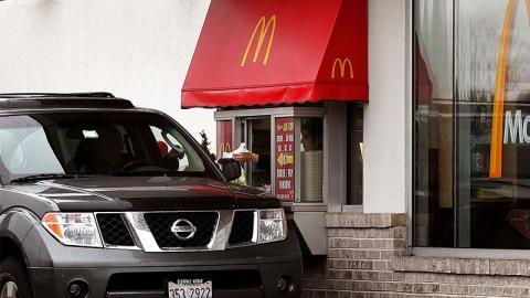 McDonalds Mitarbeiter fassungslos: Frau kommt in ungewöhnlichen Zustand ins McDrive gefahren