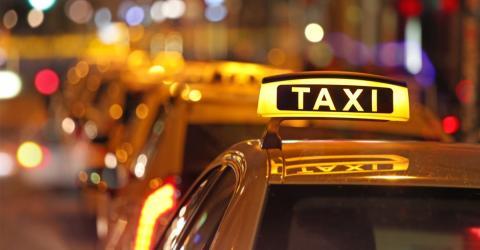 Er schläft betrunken im Taxi ein: Als er aufwacht, wird ihm sein schlimmer Fehler bewusst