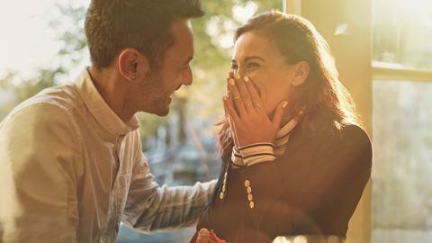 Frau präsentiert stolz ihren Verlobungsring, doch dieser ekelt das Internet