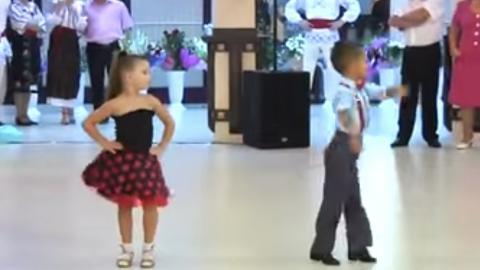 Diese zwei Kinder tanzen absolut genial auf einer Hochzeit. Die Gäste rechneten überhaupt nicht damit!