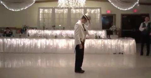 Der Bräutigam betritt die Tanzfläche. Was er dann macht, überrascht seine Gäste völlig