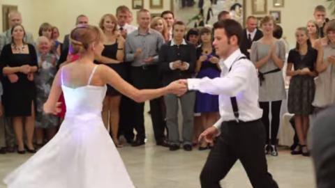 Das Brautpaar eröffnet den Hochzeitsball mit einem gekonnten Swing