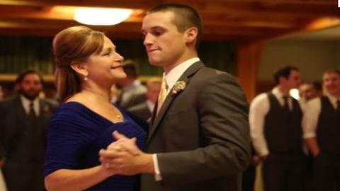 Der Bräutigam und seine Mutter eröffneten den Tanz, aber dann waren die Gäste plötzlich sprachlos