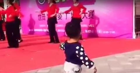 Ein kleiner Junge ahmt die Choreografie der Tänzerinnen auf der Bühne nach und stiehlt ihnen beinahe die Show!