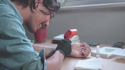 Jakub Pollàg entwickelt ein Gerät, mit dem man sich selbst tätowieren kann.