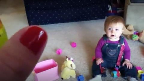 Baby außer Rand und Band, weil Mutter beginnt zu blasen