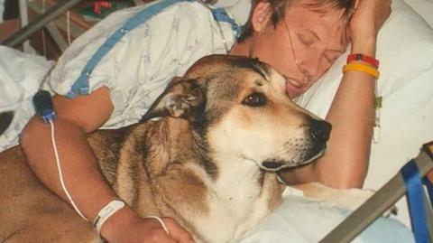 Eine Hommage eines Mannes an seinen Hund in den letzten Atemzügen.