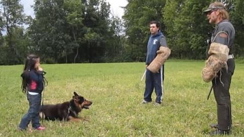 Dieser Hund liebt sein junges Frauchen. Er tut alles, um sie zu beschützen.