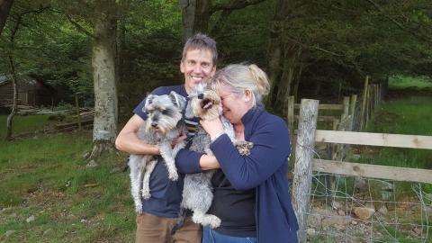 Auf einer Bergtour büxen ihre Hunde aus. Einige Tage später haben sie den genialsten Einfall um sie wiederzufinden!