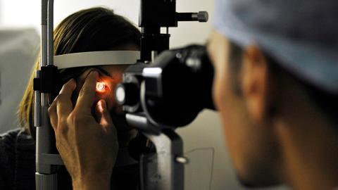 Frau hat geschwollenes Auge. Ärzte können nicht fassen, was sie aus ihrem Auge ziehen