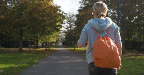 Bei 2°C zwingt er seine Tochter acht Kilometer zur Schule zu laufen. Der Grund stimmt nachdenklich