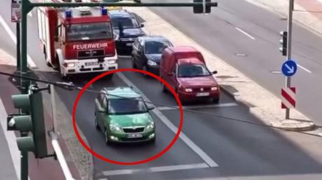 Auto versperrt der Feuerwehr den Weg