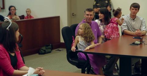 Sie soll adoptiert werden. Doch im Gerichtssaal erwartet sie eine große Überraschung