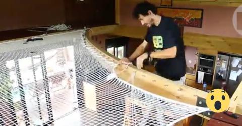 Er baut ein Netz in sein Haus. Kurze Zeit später ist er der Held der Familie!