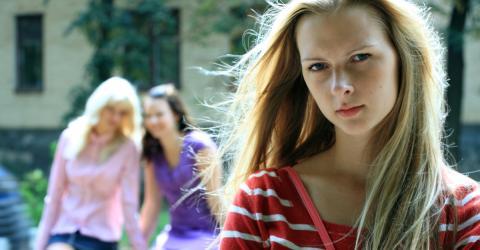 Falsche Freundschaft: Wenn deine Freundin das macht, ist sie dir schlecht gesinnt
