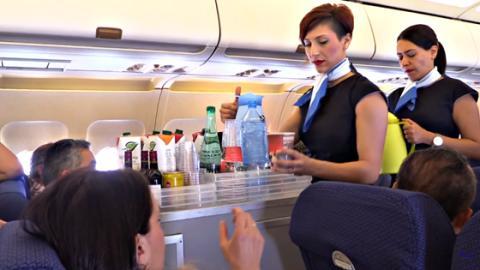 Warum macht Alkohol im Flugzeug schneller betrunken?